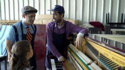 אבא ליום אחד פרק 7 - מתקן פסנתרים