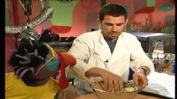 עמית יחיאלי מלמד הכנת לחמניות ומלפפונים